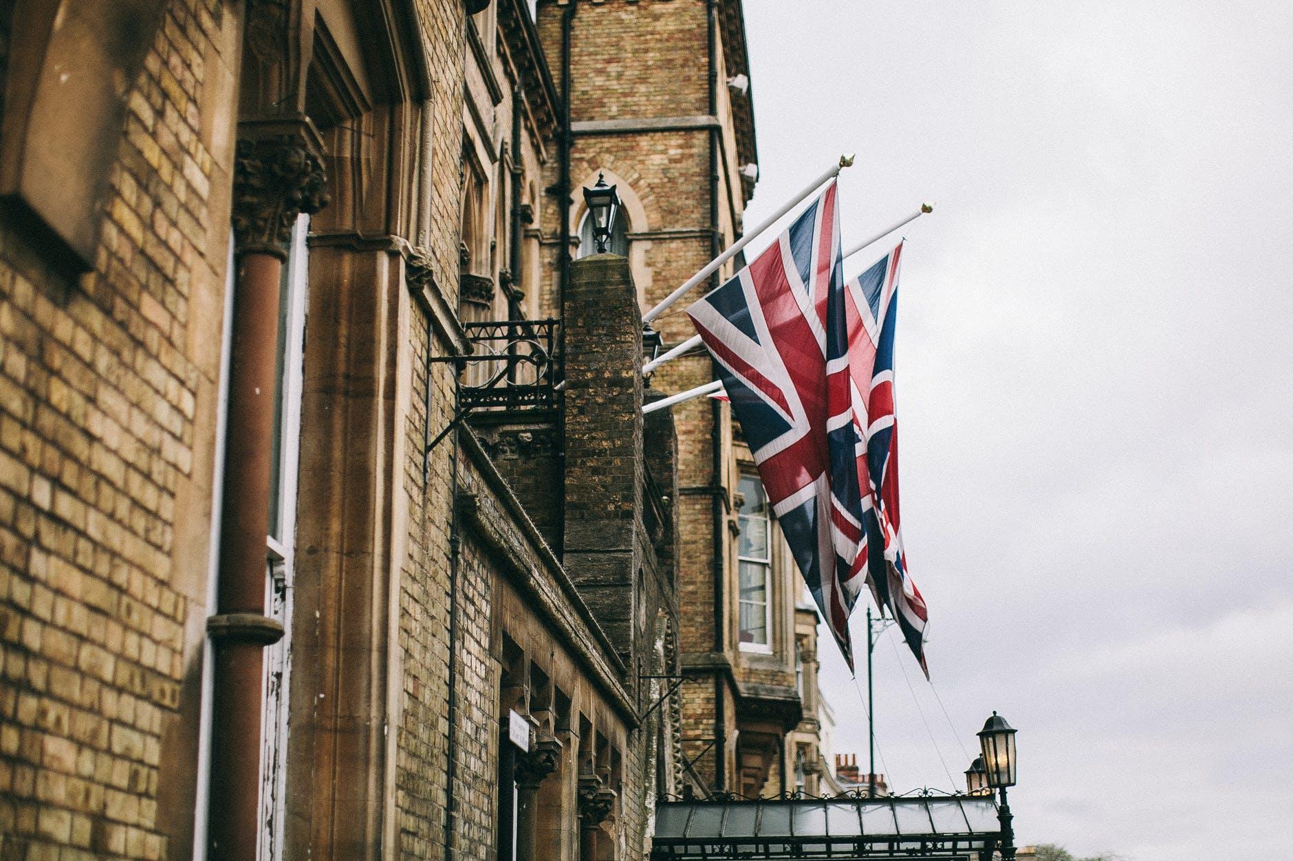 اور ملکہ برطانیہ بیوہ ہوگئیں